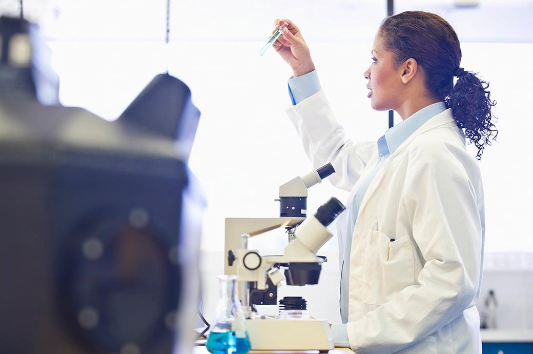 Un médico en un laboratorio inspeccionando un tuvo de ensayo
