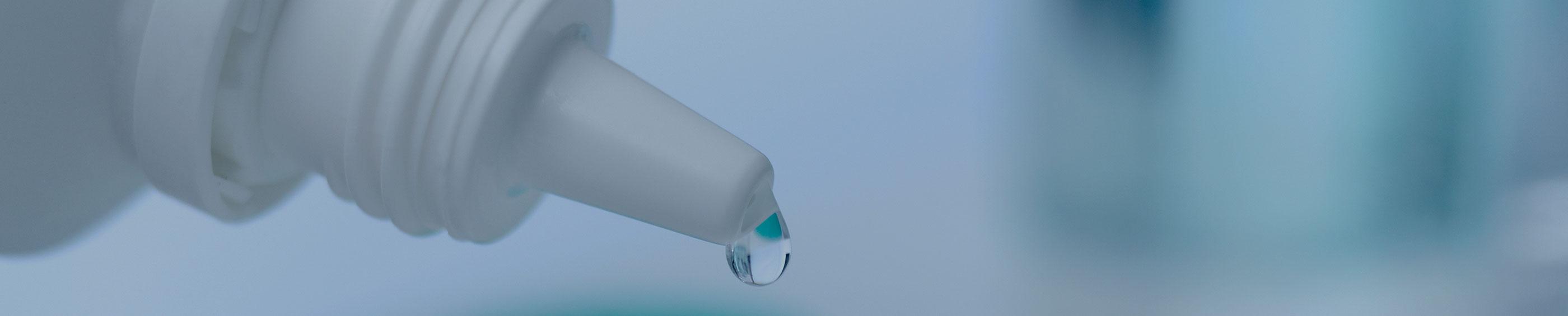 La solución para lentes de contactos cae en un estuche de lentes de contacto