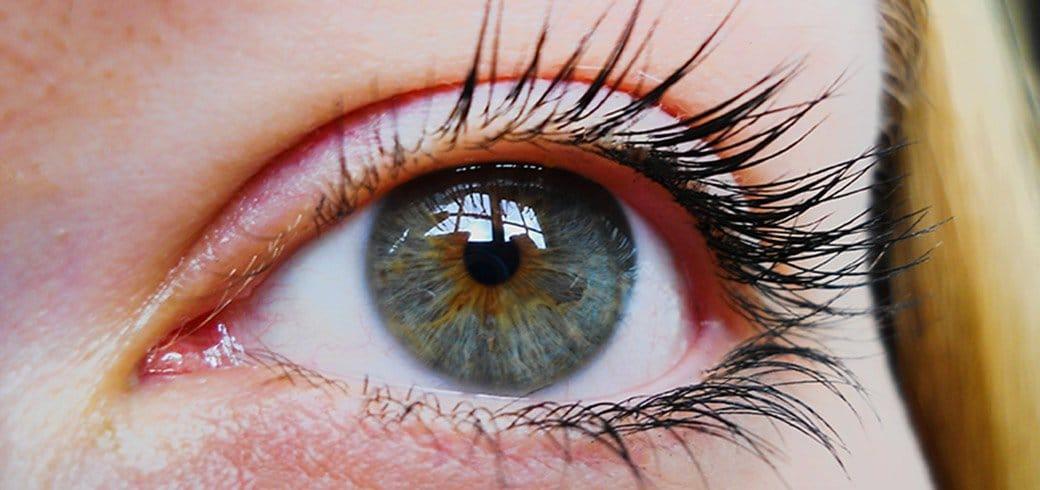 Toma de cerca del ojo verde / azul de una mujer